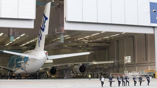 Dergroße Moment: Die Hangartür öffenet sich und das Heck des neuen Airbus A380 wird sichtbar