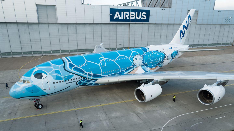 Der erste von drei bestellten Maschinen ist mit blauen Motiven von Meeresschildkröten bemalt