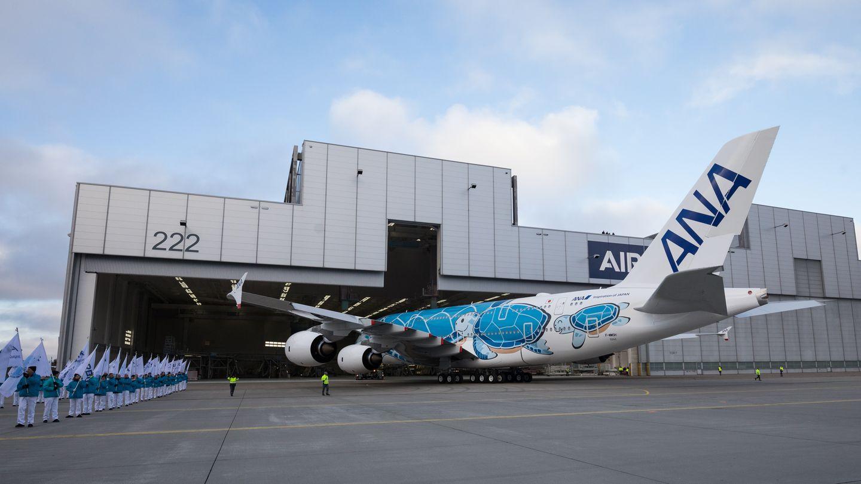 Der erste Airbus A380, der mit japanischer Zulassung fliegen wird, verlässt rückwärts die Halle