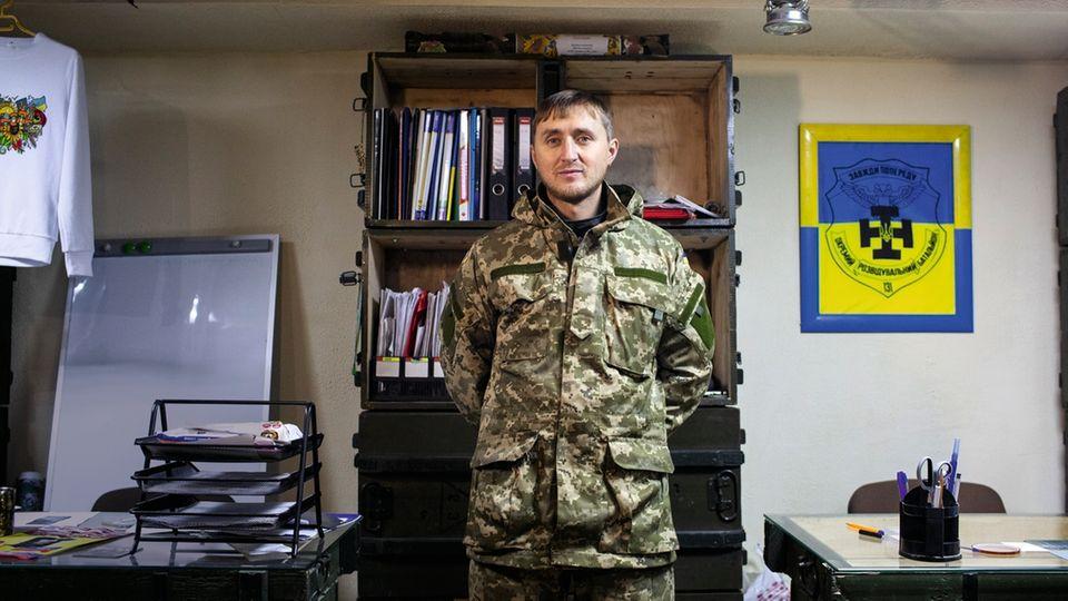 """Der Freiwillige Dmitro im Hauptquartier der Organisation """"Neues Mariupol"""""""