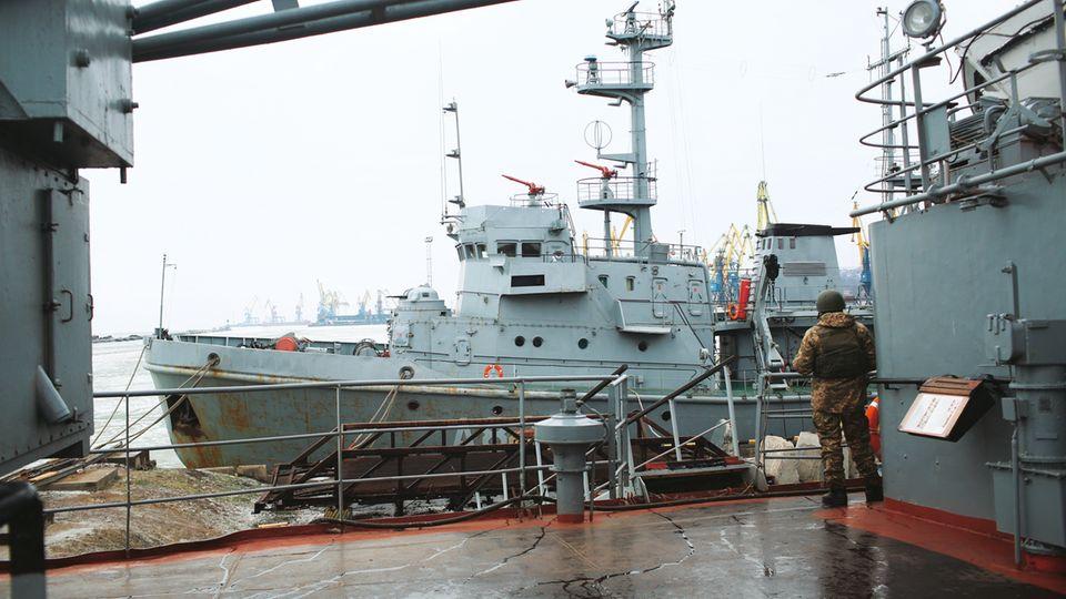 """Ein Soldat steht Wache auf dem Rettungsschiff """"Donbass"""", einem von vier verbliebenen Schiffen der ukrainischen Marine im Asowschen Meer"""