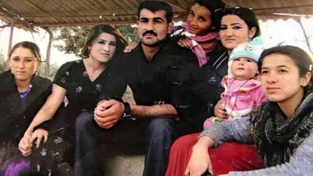 Nadia Murad (r.) im Kreis ihrer Familie im Dorf Kocho im Nordirak. Der IS ermordete 44 ihrer Verwandten