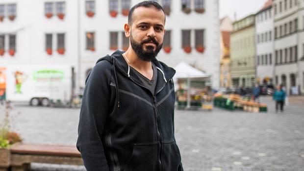 Omar Abd al-Dschabbar, 29, auf dem Marktplatz von Torgau in Sachsen. Seine Familie darf er nicht nach Deutschland holen.