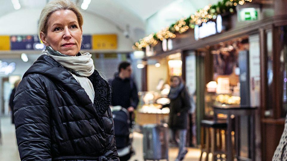 """Die falsch Informierte  """"Mein absolutes Anti-Highlight passierte mir neulich im deutlich verspäteten Abend-ICE von Hannover nach Hamburg-Altona"""", sagt Karin Overlack. """"Während der Fahrt rief mein Mann an und sagte, dass im Internet stehe, der Zug fahre nur bis Hauptbahnhof. Er fragte, von wo er mich denn abholen solle. Im Zug wurde der komplette Fahrtverlauf bis Altona angezeigt, eine Durchsage gab es nicht. Nachdem ich den halben Zug durchquert hatte, fand ich eine Schaffnerin in ihrem Dienstabteil, die mir sagte, man wisse noch nicht, ob der Zug weiter als bis Hauptbahnhof verkehre. Sie und ihr Kollege hätten nämlich Dienstschluss, und man wisse nicht, ob sich noch eine Zugbegleitung für die letzten zehn Minuten fände. Erst bei der Bremsung im Hamburger Hauptbahnhof kam dann die Durchsage, dass der Zug heute dort ende und nicht in Altona."""""""