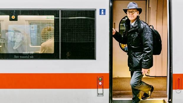 """Der Umgeleitete  """"Ich fuhr im ICE von Berlin über Frankfurt nach Mainz, als wir abrupt stoppten"""", sagt Joachim Hagelskamp. """"Als Ursache wurde ein Personenschaden im vor uns liegenden Streckenabschnitt genannt. Zehn Minuten später kam die Info, dass wir einen Umweg von 30 Minuten über Aschaffenburg machen müssten. Allerdings kenne der Lokführer den Weg nicht und dürfe nicht schneller als 100 km/h fahren. Weitere 30 Minuten. Dann machte das Personal im Bistro Feierabend, und der Lokführer musste wegen Überschreitung seiner Dienstzeit in Hanau aussteigen. Mit 80 Minuten Verspätung kamen wir in Frankfurt an. Der Anschluss nach Mainz fuhr aber auch nicht, weil die Oberleitung durch Lenkdrachen blockiert war."""""""