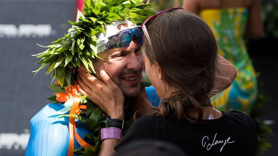 """Patrick Lange mit seiner Frau nach dem Ironman-Sieg: """"Möchte einer der Großen unseres Sports werden"""""""