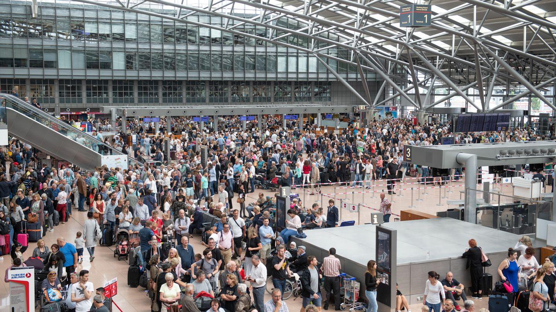 Flugreisende stehen während eines Stromausfalls im Flughafen Hamburg. Bei der Schlichtungsstelle für den öffentlichen Personenverkehr (SÖP) ist die Zahl der Beschwerden über Flugreisen in diesem Jahr stark angestiegen.