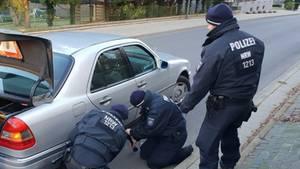 Polizisten wechseln Senior den Reifen
