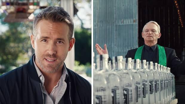 Links spricht Ryan Reynolds in die Kamera, rechts segnet ein Priester volle Gin-Flaschen
