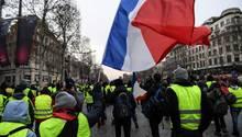 """""""Gelbwesten"""" schwenken eine Frankreich-Flagge bei Protesten"""