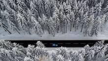 Auto fährt durch Winterlandschaft