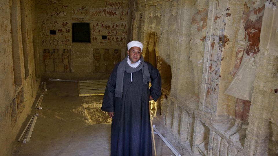 Forscher steht in kürzlich entdeckter Grabstätte