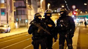 Französische Polizisten stehen im Stadtteil Neudorf in Straßburg