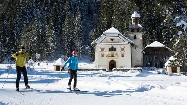 Am Ende des Hochtals führt die Langlaufloipe an der Kirche Notre Dame de la Gorge vorbei