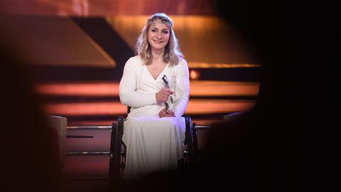 """Kristina Vogel sitzt bei der Verleihung zur """"Sportlerin des Jahres"""" im Rollstuhl auf der Bühne"""