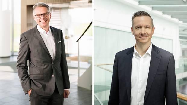 Geschäftsführer Nils Meyer-Pries (links) und Marketingchef Jan Plambeck haben sich in die Gewürzsäcke schauen lassen