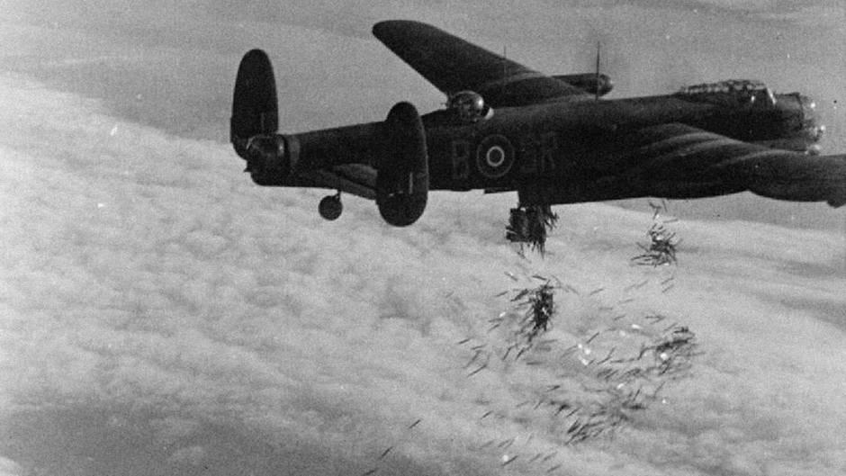 """Ein Avro 683 """"Lancaster"""" des RAF Bomber Command beim Abwurf der Streifen."""