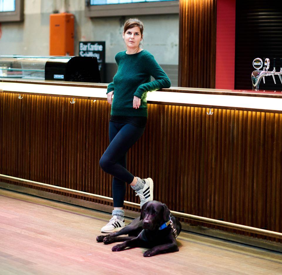"""Ihr Hund """"Karenin""""ist der ständige Begleiter von Miriam Maertens. Er zwingt sie, regelmäßig an die frische Luft zu gehen."""