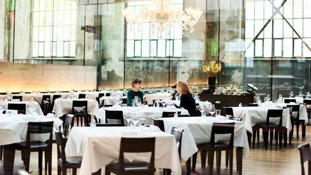 Miriam Maertens und Nina Poelchau trafen sich zum Gespräch im Restaurant neben der Probebühne des Schauspielhauses in Zürich.