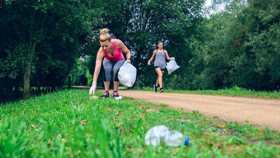 """""""Plogging"""" und """"Plalking"""": Was klingt wie ein schräger Fitness-Trend, verbindet Sport und Hilfe für die Umwelt. Beim """"Ploging"""" wird gejoggt und Müll aufgesammelt – am besten noch in Gemeinschaft. Der Trend aus Schweden setzt sich auf dem Wort """"plocka""""(aufheben) und Jogging zusammen. Die gemütlichere Version ist das """"Plalking"""": Dabei wird nicht gejoggt, sondern gewandert oder spaziert."""