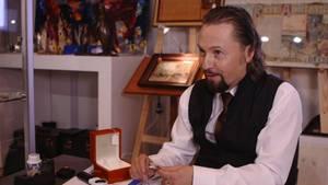 Wolfgang Pauritsch ist leidenschaftlicher Händler. In seinen Händen: Das Highlight seiner Auktion in Stuttgart - eine antike original Rolex.