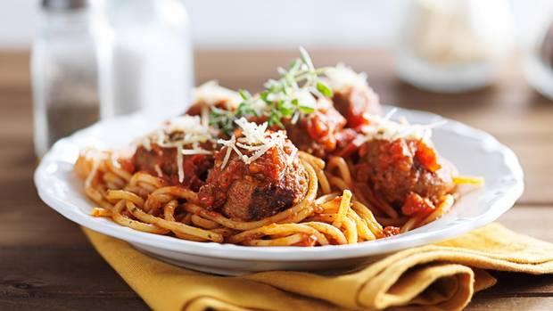 Ein Teller mit Pasta steht auf einem Tisch
