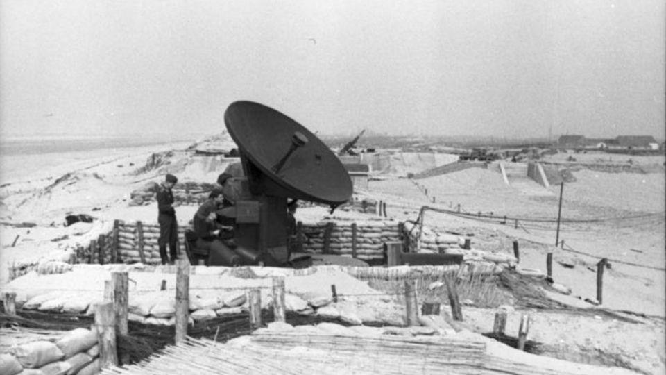 """Ein deutsches """"Würzburg""""-Radar am Atlantikwall."""
