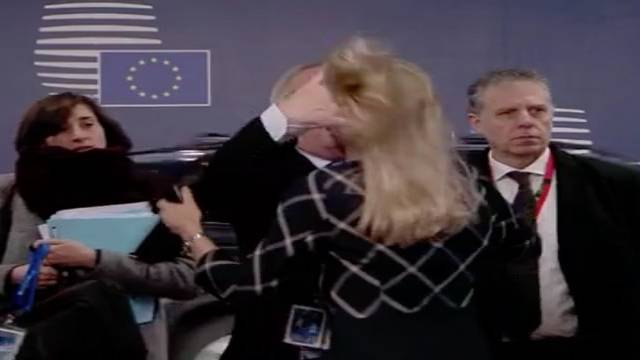 EU-Gipfeltreffen: Ungewöhnliche Begrüßung: Jean-Claude Juncker zerzaust die Haare seiner EU-Kollegin