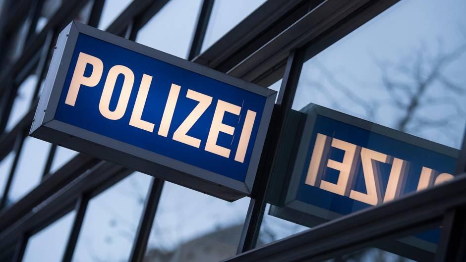 6ed9d61d7a In den Scheiben einer Polizeiwache spiegelt sich ein