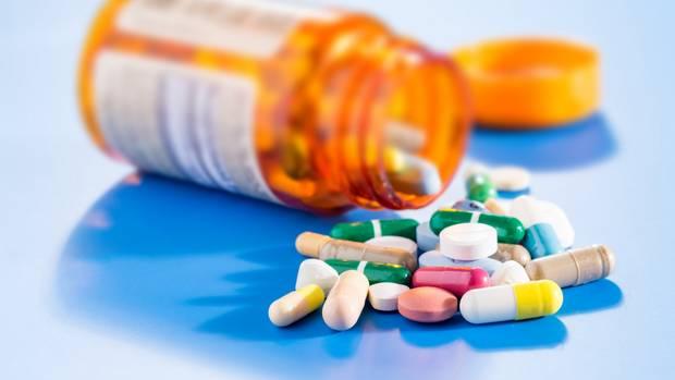 Tabletten liegen auf einem blauen Hintergrund