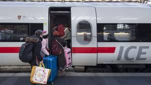 Die Bahn ist voll und Sitzplätze gibt es nur noch in der Erste Klasse: Doch solange keine Freigabe durch den Schaffner erfolgt, darf sich keiner ohne entsprechendes Ticket dort hinsetzen.