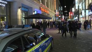 Ein Polizeiauto steht vor der Thier-Galerie in Dortmund