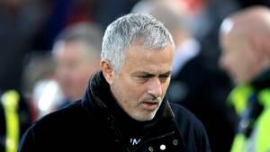 18. Dezember  Manchester United entlässt José Mourinho  Der umstrittene Portugiese José Mourinho ist nicht mehr Trainer von Manchester United. Das hat der Premier-League-Klub via Twitterund auf seiner Homepage bekanntgegeben.  Ein Interimstrainer werde das Amt zunächst bis Saisonende übernehmen, bis dahin suche der Club eine dauerhafte Lösung, hieß es. Man United hatte am Sonntag mit 1:3 (1:1) gegen Tabellenführer FCLiverpool verloren und hat als Sechster der Premier League derzeit 19 Punkte Rückstand auf die Spitze.