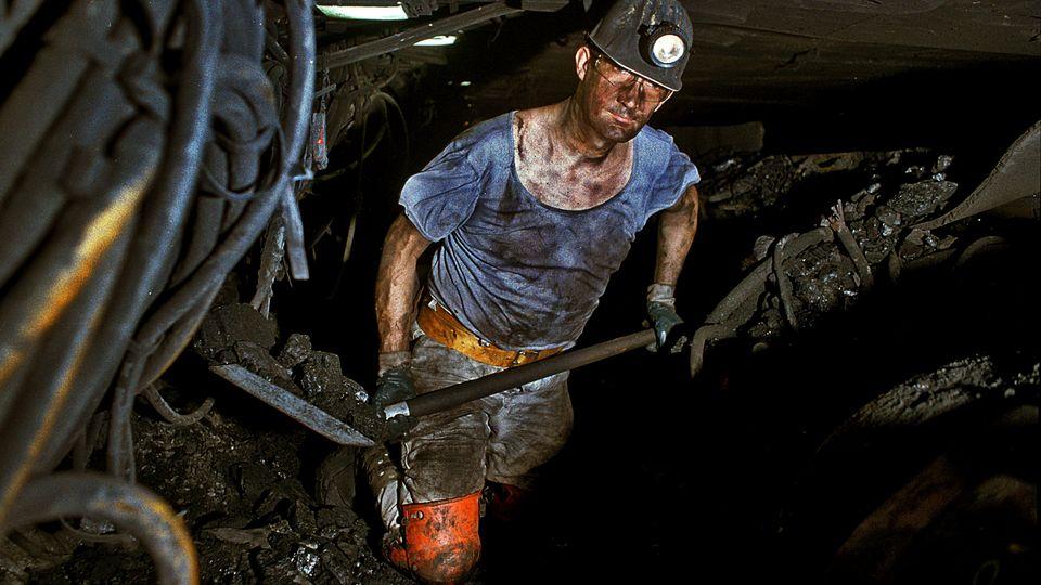 Andreas Stieglan, Bergmann, arbeitet auf der Zeche Prosper Haniel in 1250 Meter Tiefe an einem Flöz unter Tage.
