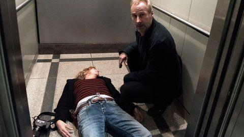 KommissarPaul Brix (Wolfram Koch) findet seine Kollegin AnnaJanneke (Margarita Broich) bewusstlos im Aufzug