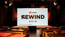 YouTube-Jahresrückblick steht auf einem Schild im YouTube Space Berlin auf der Bühnenleinwand