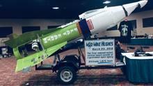 Mike Hughes hat sich eine Rakete gebastelt, um von oben auf die Erdscheibe zu gucken. Leider ist er bei dem Versuch abgestürzt. Immerhin hat er überlebt