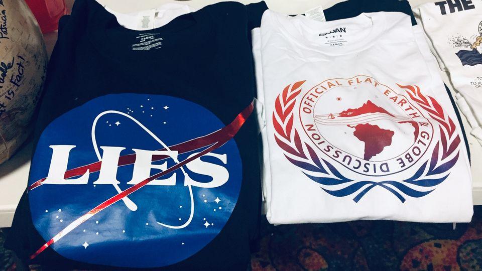 Dank Flat-Earther-Shirts sind Verrückte leicht als solche zu identifizieren – noch bevor sie ihren Mund aufmachen