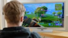 Ein Junge spielt Fortnite auf dem Computer
