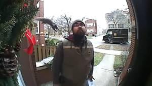 Eichhörnchen springt auf einen Paketboten vor der Haustür – und die Reaktion ist ganz lässig
