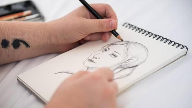 Anna Kunze zeichnet ein Frauenporträt. Die Kunst hilft ihr, besser mit ihrer Schizophrenie umzugehen.