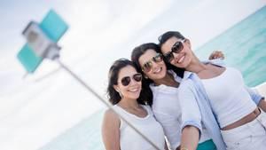 Selfie an Deck: Das Verschicken eines Fotos von Bord eines Kreuzfahrtschiffesper E-Mail oder das Hochladen in die sozialen Netzwerke kann teuer werden