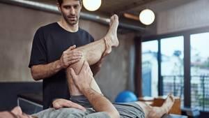 Die Ausbildung zum Physiotherapeuten gehört zu den schulischen Ausbildungen – das heißt, Azubis bekommen in vielenFällen kein Gehalt für ihre Arbeit, sondern zahlen für die oftmals privaten Schulen