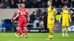 18. Dezember  BVB verliert bei Fortuna Düsseldorf  Der Gewinner des Spieltags steht schon jetzt fest: Fortuna Düsseldorf hat dem BVB am Dienstagabend die erste Saison-Niederlage beschert und wichtige drei Punkte im Abstiegskampf geholt. Das Team von Trainer Friedhelm Funkel gewann mit 2:1 (1:0) gegen den Tabellenführer.Dodi Lukebakio (22. Minute) und Jean Zimmer (56.) rissen die Dortmunder vor 52.000 Zuschauern mit ihren Treffernaus allen Träumen von einer makellosen Hinrunde. Einwechselspieler Paco Alcácers Treffer (81.) reichte dem BVB nicht. Düsseldorf hat die Abstiegsränge verlassen und steht nun auf Tabellenplatz 15.  Die weiteren Ergebnisse vom Dienstagabend:  Hertha BSC - FC Augsburg 2:2  VfL Wolfsburg - VfB Stuttgart 2:0  Borussia Mönchengladbach - 1. FC Nürnberg 2:0  Am Mittwochabend wird der 16. Spieltag abgeschlossen, unter anderem empfängt Meister FC Bayern um 20.30 Uhr RB Leipzig.  Hier finden Sie alle Ergebnisse, Tabellen und Highlights im Überblick.