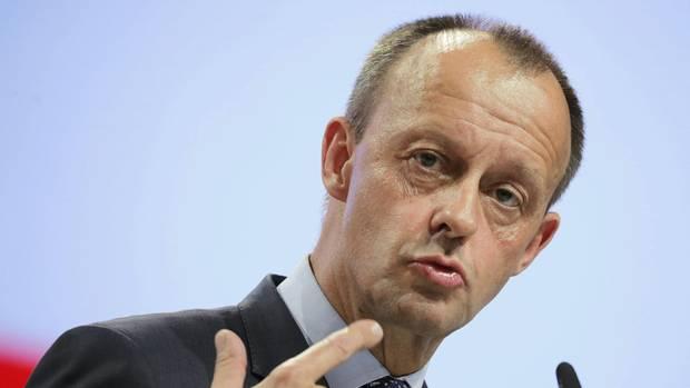 Friedrich Merz zeigt während seiner Rede beim CDU-Parteitag in Hamburg mit beiden Zeigefingern auf sich