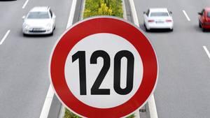 Ein Verkehrsschild zeigt die Tempobegrenzung von 120 km/h auf einer Autobahn.