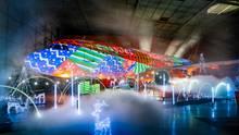 Spektakuläre Show in einem Hangar am Luton Airport in London: Anlass ist das 80-jährige Bestehen des Flughafens London.