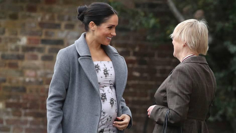 """""""Fühle mich sehr schwanger"""": Meghan Markle zeigt sich gut gelaunt mit ihrem Babybauch – trotz aller Negativschlagzeilen"""