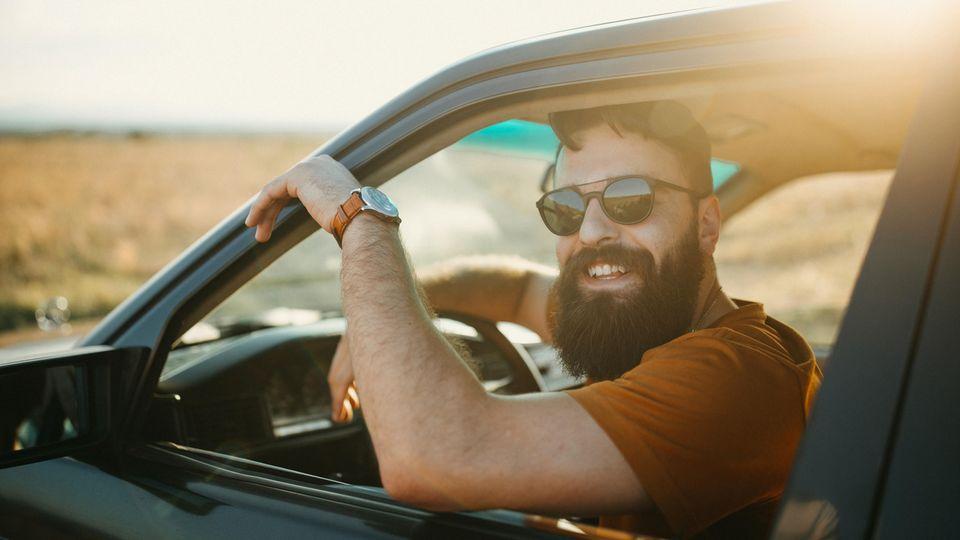 Mann sitzt in Auto