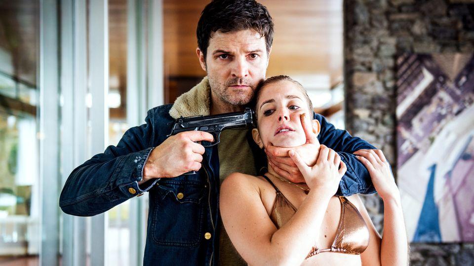 Mike Liebknecht (Mišel Matičević) nimmt Leonie(Cecilia Steiner), die Tochter des Schweizer Unternehmers Anton Seematter,als Geisel